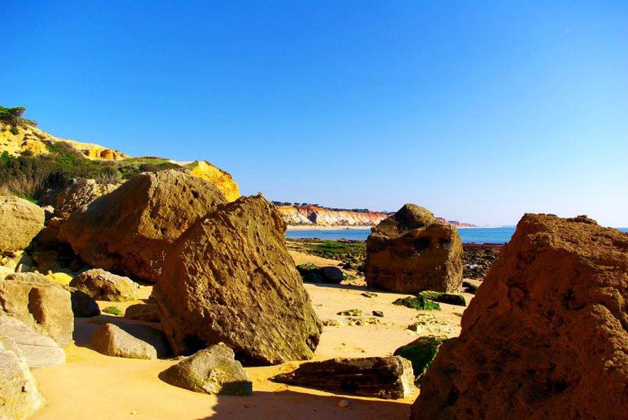 Hinter Olhos de Agua tauchen die imposanten Felsen des Praia da Falesia auf.